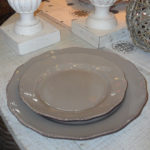 assiette plate taupe